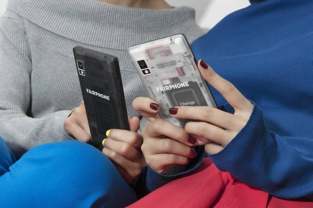2 Fairphones avec slim case transparentes dans les mains de jeunes femmes