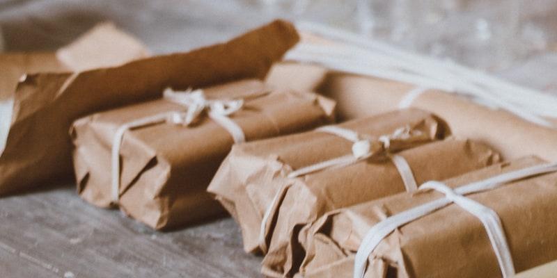 plusieurs paquets emballés dans du papier craft, on ne sait pas ce qu'il y a à l'intérieur
